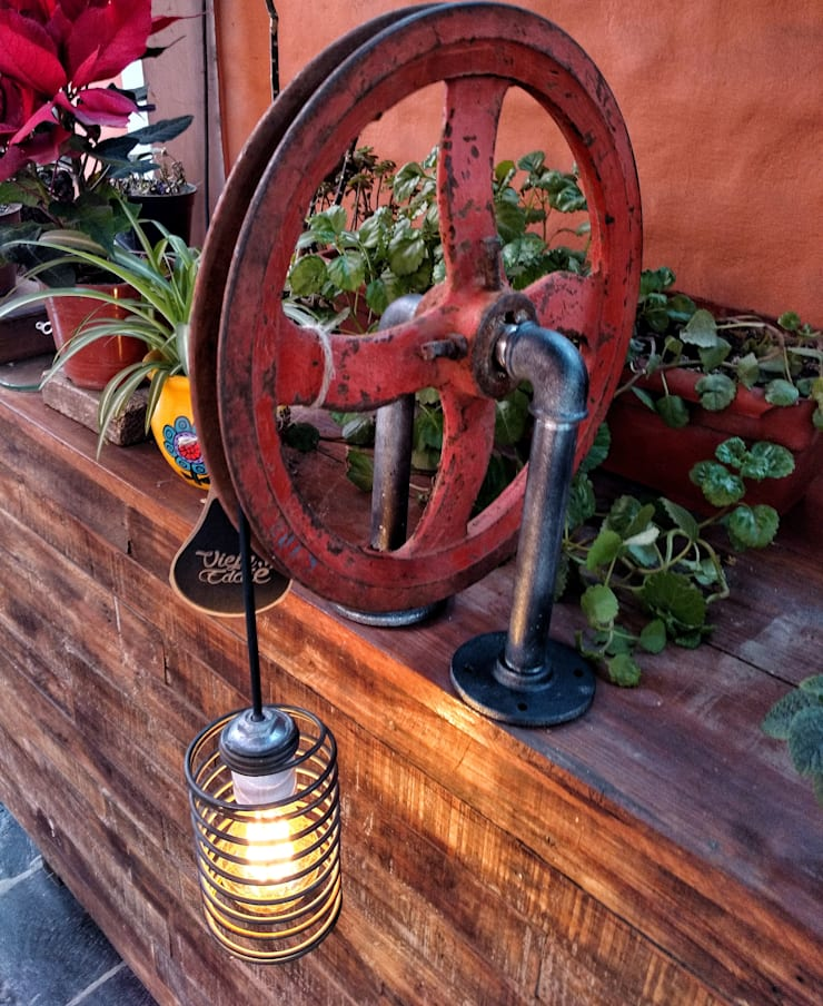 Deco Estilo Industrial Lampara Polea Reclaimed Vieja Eddie: Livings de estilo  por Lamparas Vintage Vieja Eddie