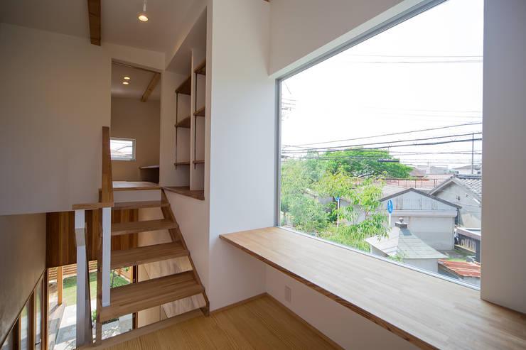 庭間の家: I Live Architects/田辺弘幸建築設計事務所が手掛けた階段です。