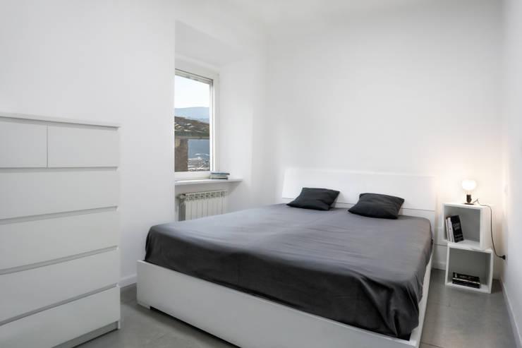 Casa-Cannocchiale: Camera da letto in stile  di MAMESTUDIO