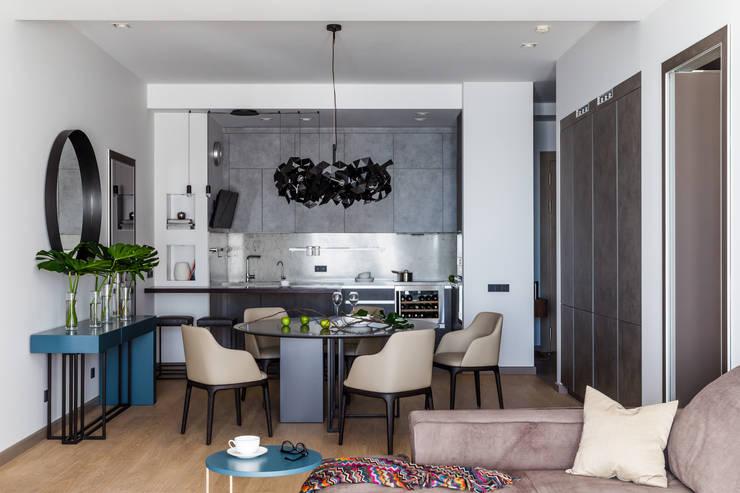Современные апартаменты у моря: Столовые комнаты в . Автор – Dinastia Designs