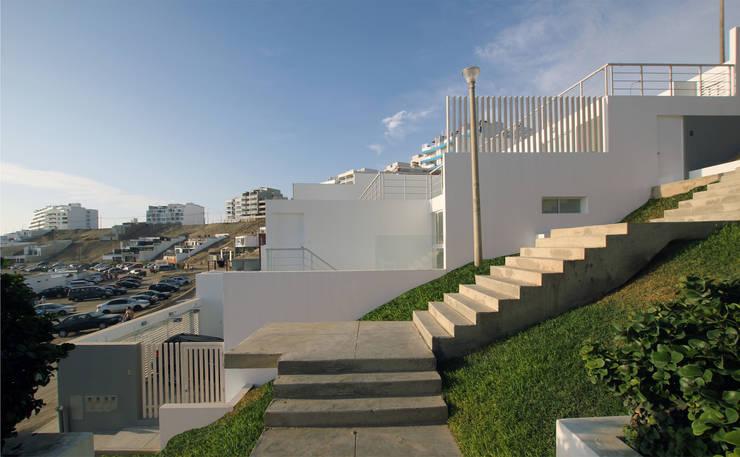 Elevación lateral: Casas de estilo moderno por Artem arquitectura
