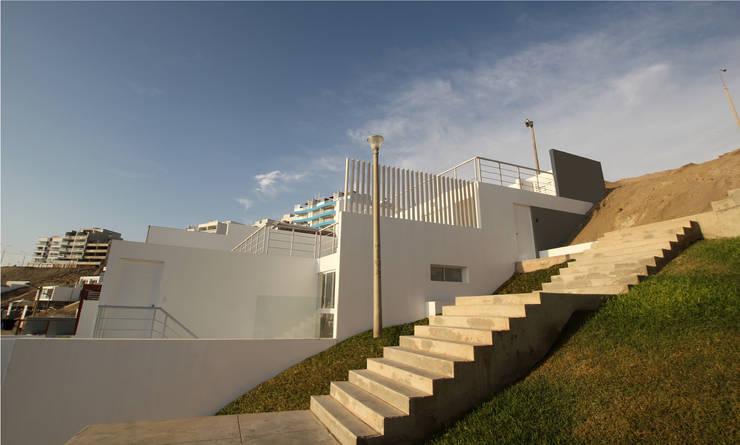 Fachada lateral: Casas de estilo moderno por Artem arquitectura