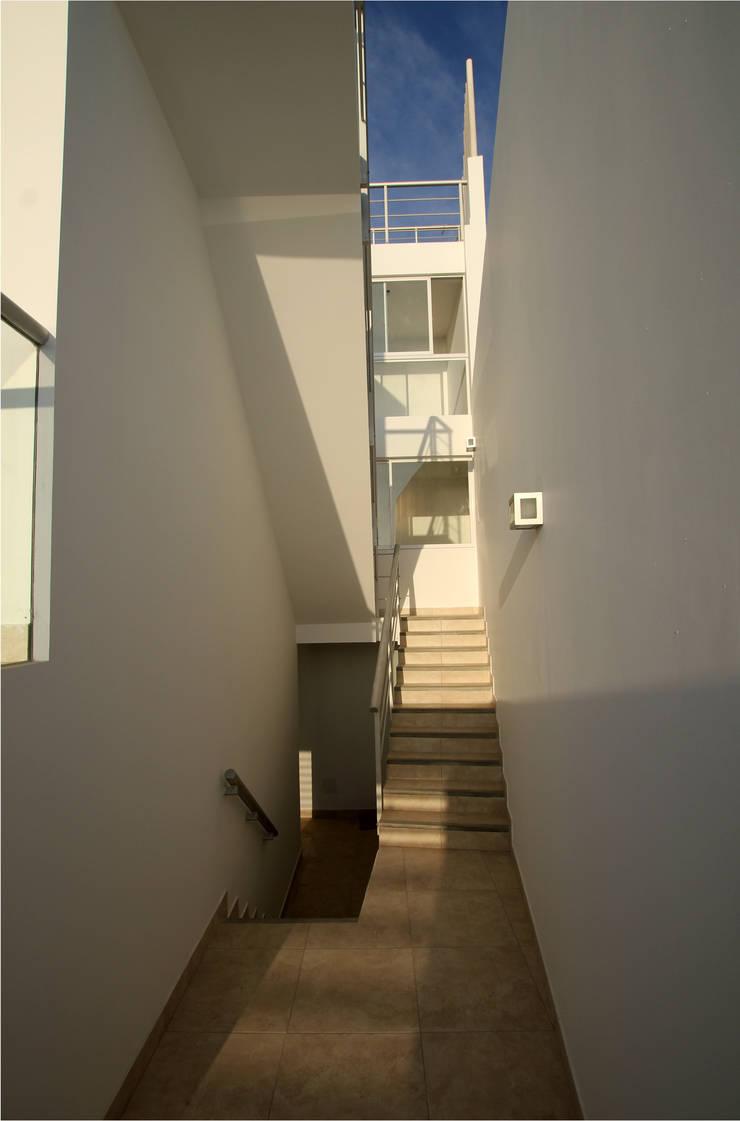 Circulación vertical: Pasillos y vestíbulos de estilo  por Artem arquitectura