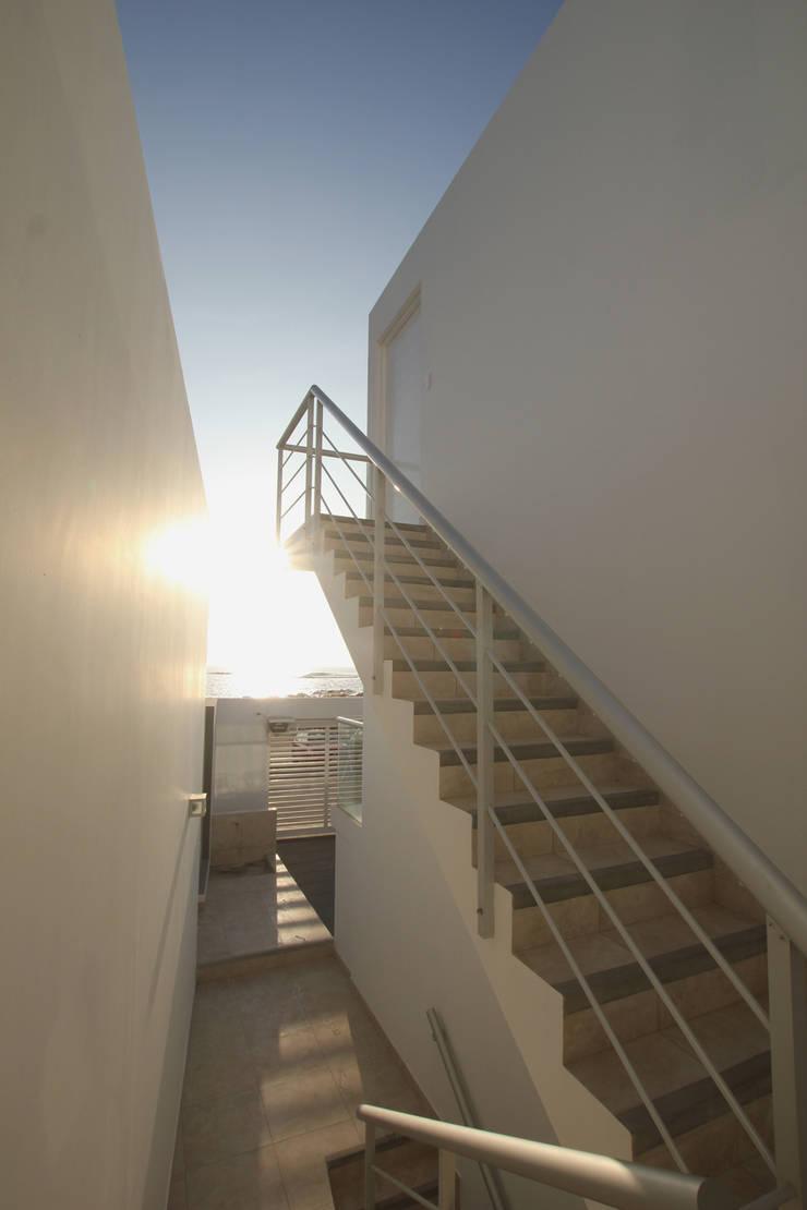 Hall de escaleras: Casas de estilo moderno por Artem arquitectura