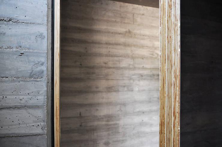 Casa zona sur: Puertas de estilo  por En bruto,