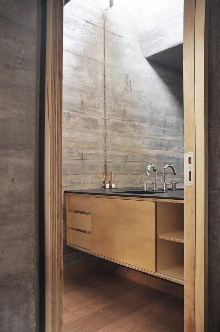 Casa zona sur: Baños de estilo  por En bruto,