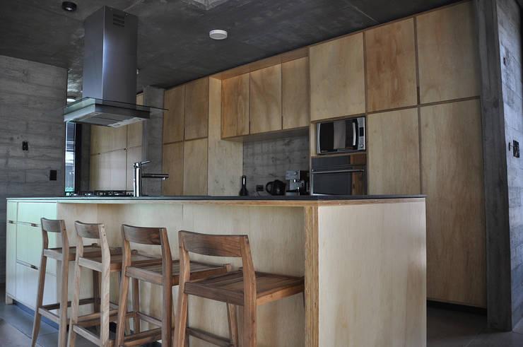 Casa zona sur: Cocinas de estilo  por En bruto,