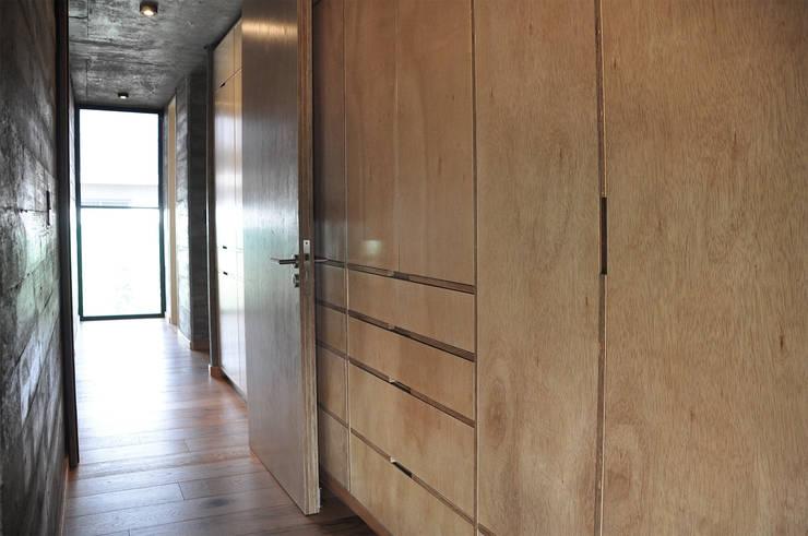 Casa zona sur: Dormitorios de estilo  por En bruto,
