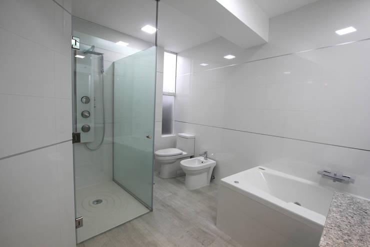 Penthouse dúplex San Isidro: Baños de estilo  por Artem arquitectura