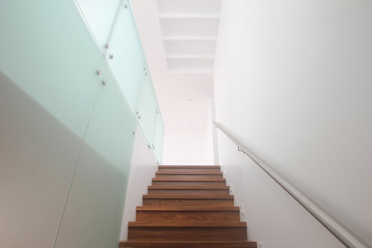 Penthouse dúplex San Isidro: Escaleras de estilo  por Artem arquitectura