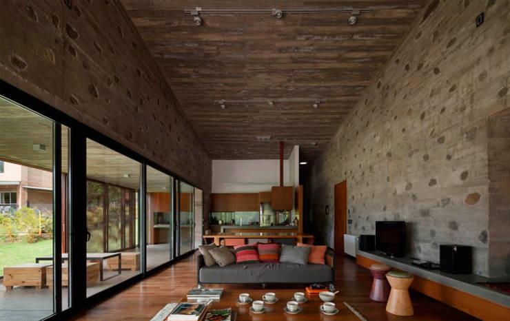 Casa en Santa Mónica: Livings de estilo moderno por En bruto