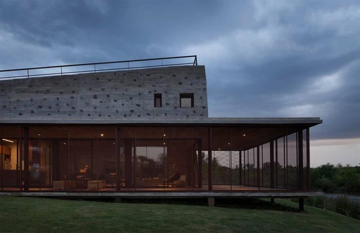 Casa en Santa Mónica: Casas de campo de estilo  por En bruto