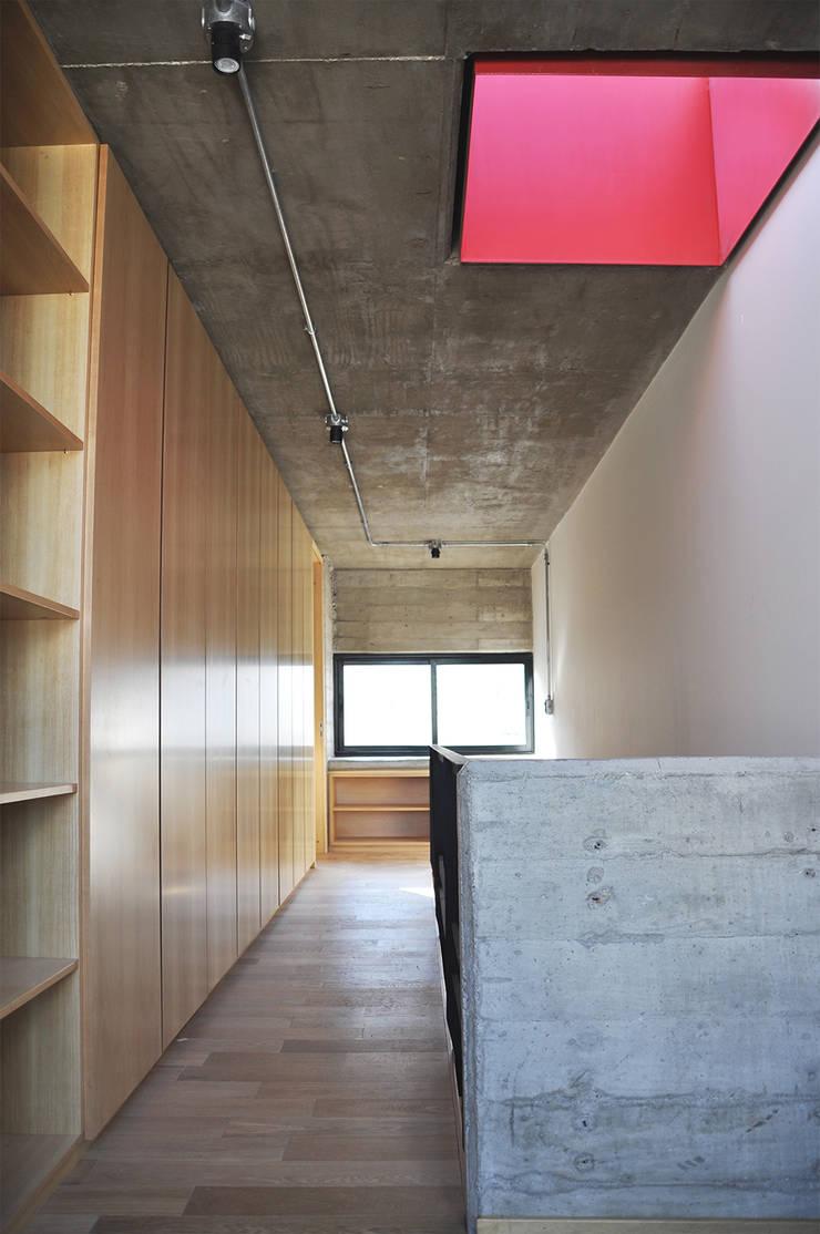 Casa en Alta Cba: Dormitorios de estilo  por En bruto