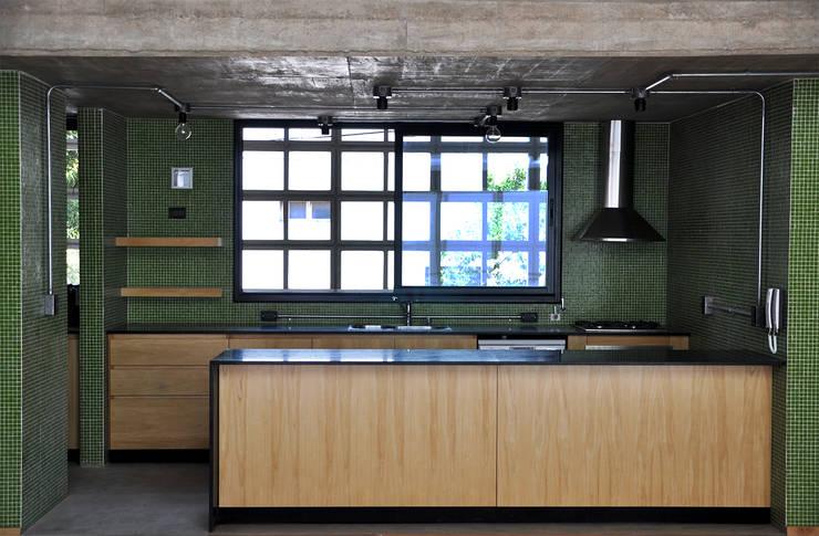 Casa en Alta Cba: Cocinas a medida  de estilo  por En bruto