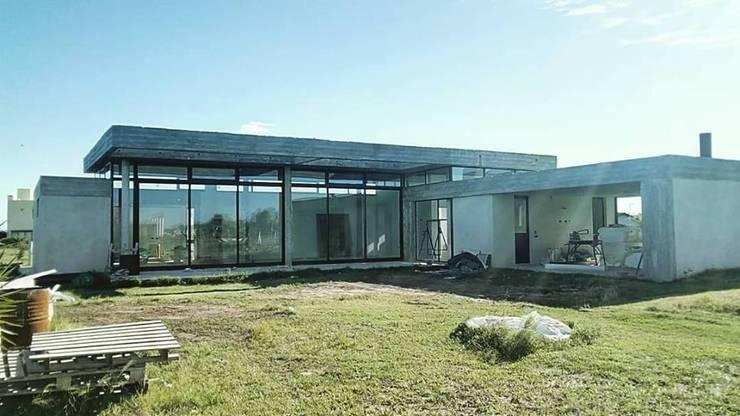 Casa en barrio privado Costaverde, Junin.: Casas unifamiliares de estilo  por TORRETTA KESSLER Arquitectos,Moderno Hormigón