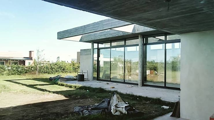 Casa en barrio privado Costaverde, Junin.: Casas de estilo  por TORRETTA KESSLER Arquitectos,Moderno Hormigón