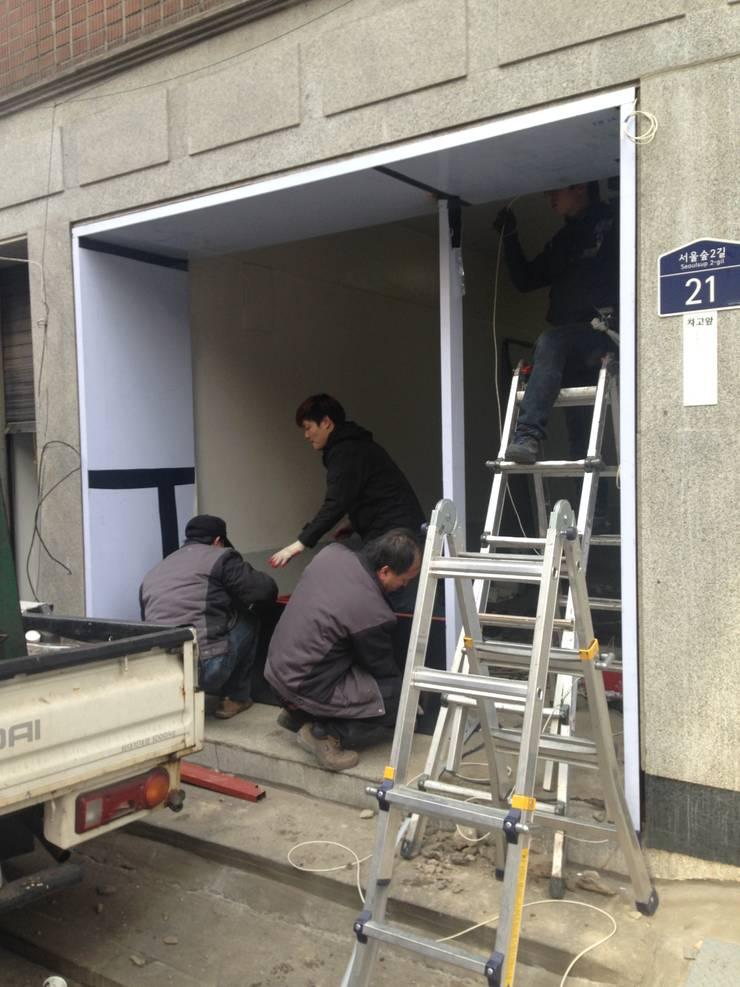 Studio in stile  di atelier longo 아뜰리에 롱고, Moderno