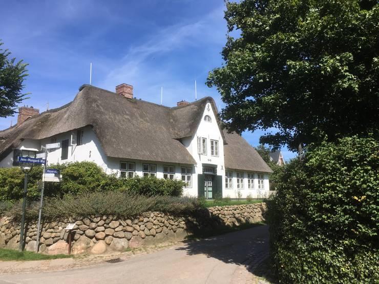 Straßenansicht mit neuer Hauseingangstür:  Häuser von Meyerfeldt Architektur & Innenarchitektur