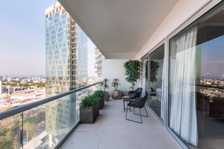 Terraza con vista a la ciudad: Terrazas de estilo  por René Flores Photography