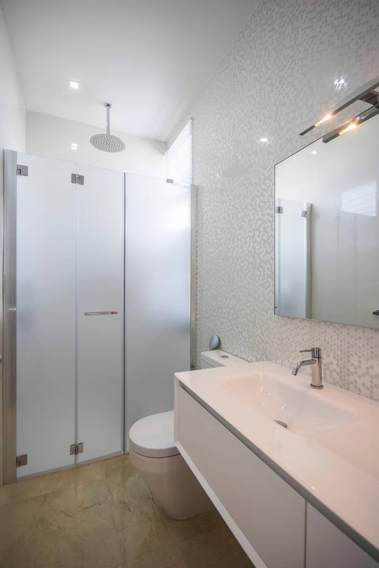 Baño principal: Baños de estilo  por Design Group Latinamerica