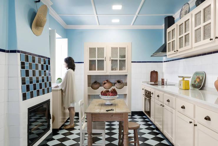 Cozinha: Armários de cozinha  por Estúdio AMATAM