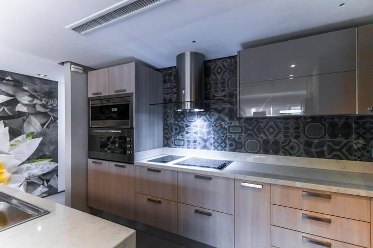 modern Kitchen by Design Group Latinamerica