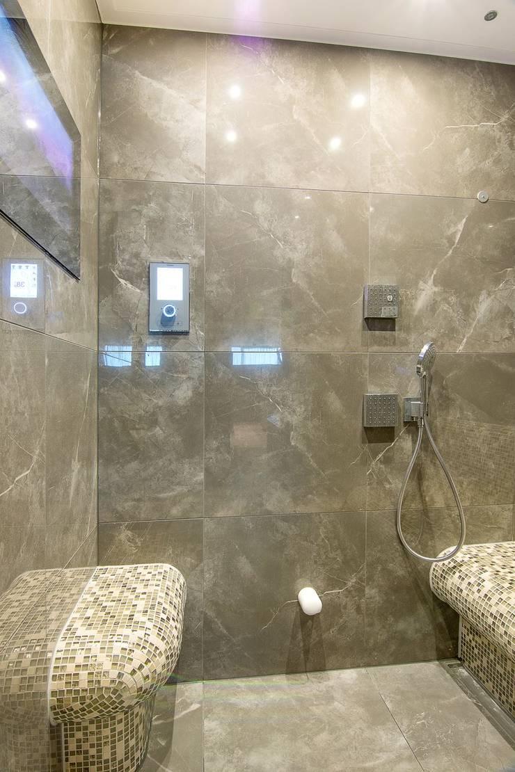 Binnenzijde van betegelde stoomcabine:  Badkamer door Cleopatra BV
