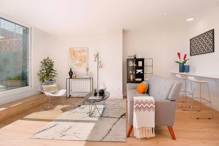 Salón abierto a la terraza solarium: Salones de estilo moderno de Markham Stagers