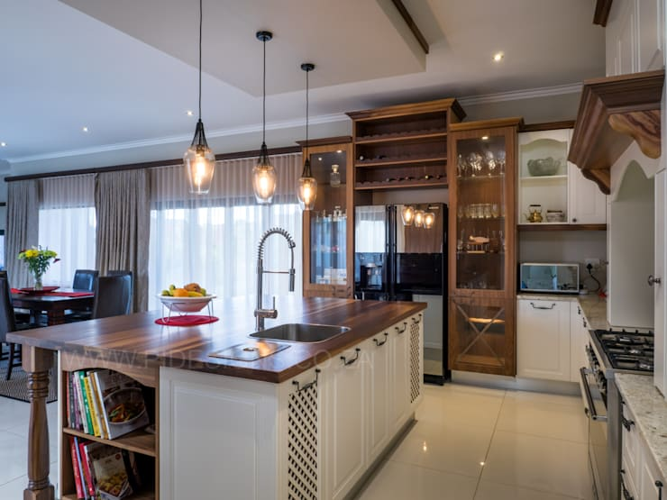 HOUSE DLAMINI:  Built-in kitchens by Première Interior Designs, Classic