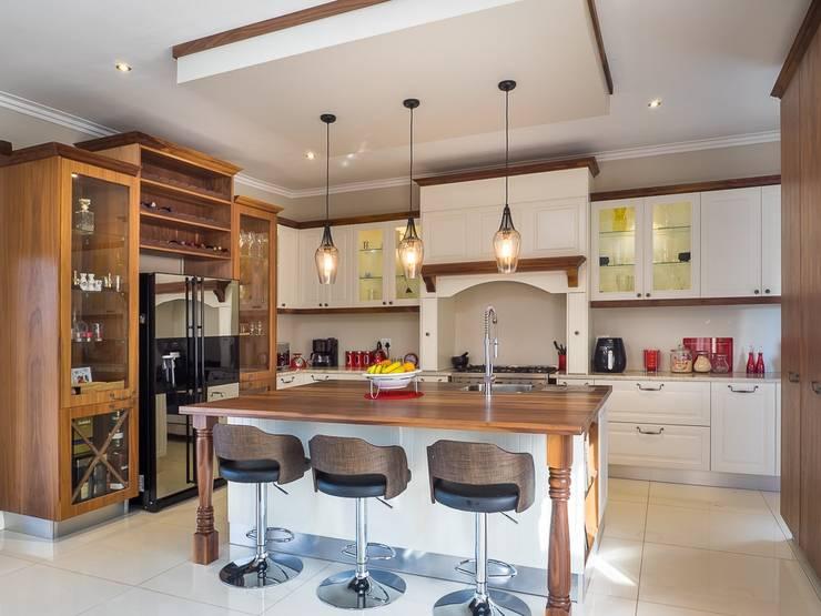 HOUSE DLAMINI:  Kitchen by Première Interior Designs