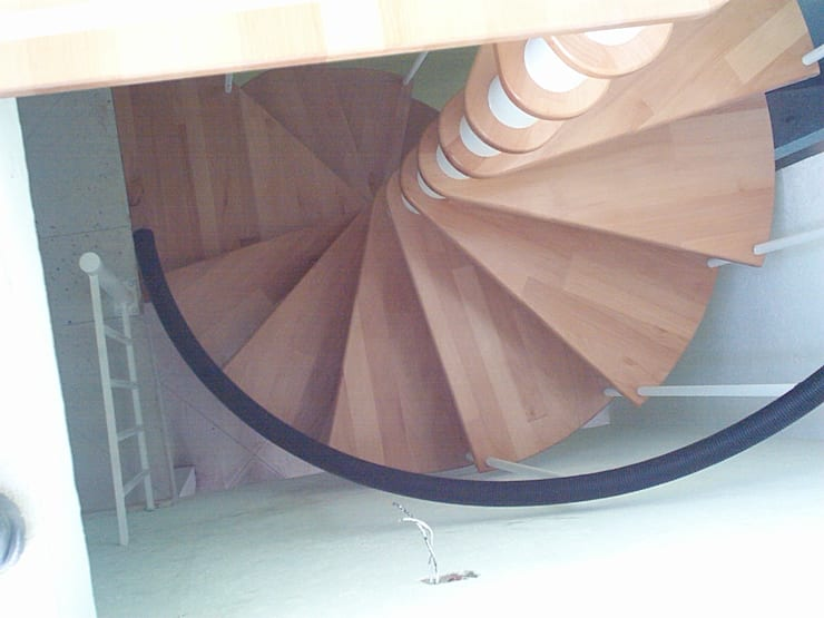 Escalera caracol modelo COBA: Escaleras de estilo  por Suvire Escaleras