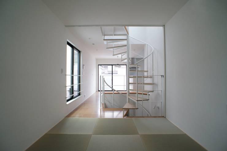 Salle multimédia de style  par 一級建築士事務所A-SA工房,
