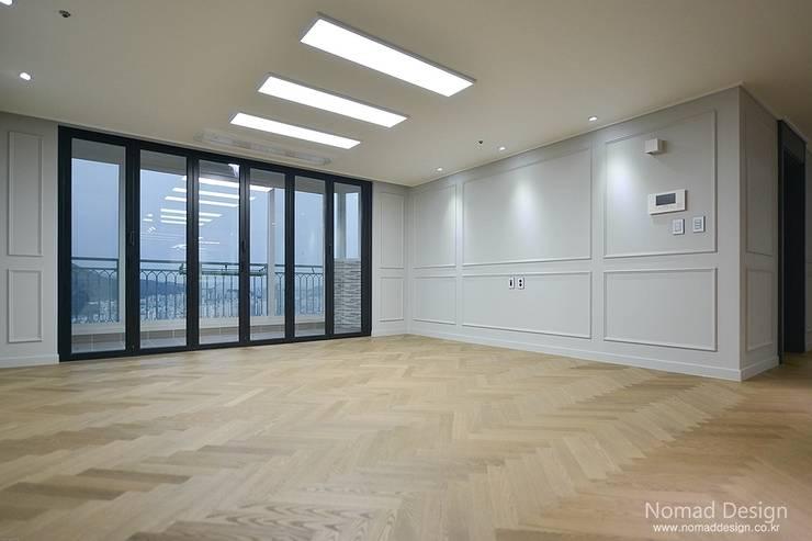 '웨인스코팅'인테리어, 부산 금강부광 51평 아파트 - 노마드디자인: 노마드디자인 / Nomad design의  거실