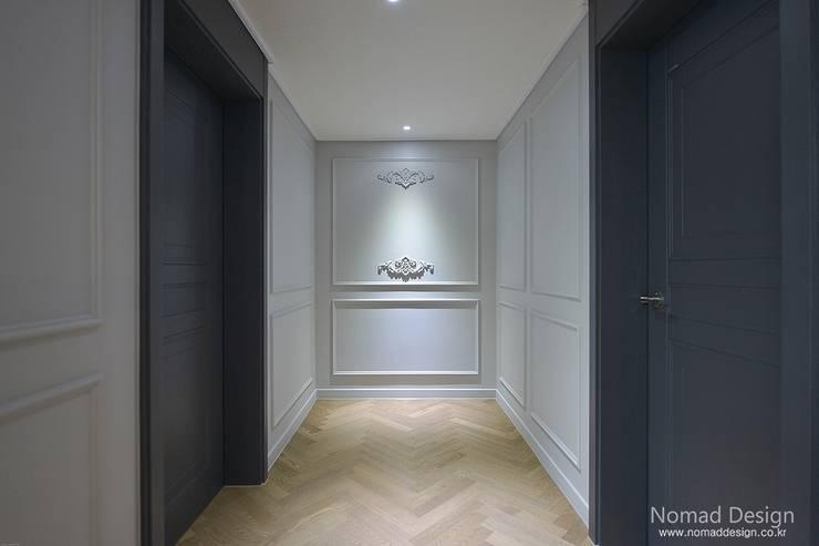 '웨인스코팅'인테리어, 부산 금강부광 51평 아파트 - 노마드디자인: 노마드디자인 / Nomad design의  벽