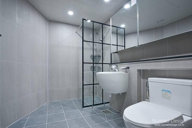 '웨인스코팅'인테리어, 부산 금강부광 51평 아파트 - 노마드디자인: 노마드디자인 / Nomad design의  욕실
