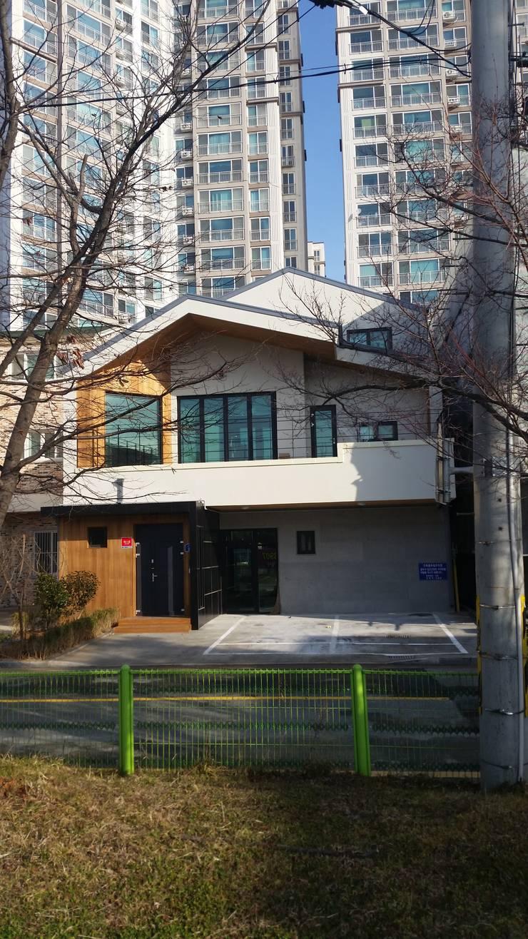 군산시 나운동 상가주택: 소담건축사사무소의  계단