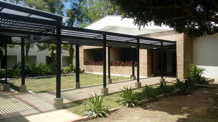 PERGOLA: Casas de estilo  por arquitectura sostenible colombia