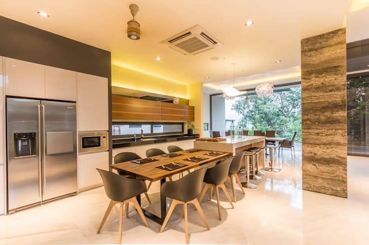 Casual Dining and sleek contemporary modern kitchen:  Kitchen by MJKanny Architect