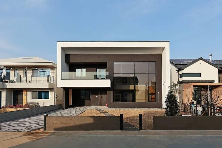 Maisons de style  par 피앤이(P&E)건축사사무소,