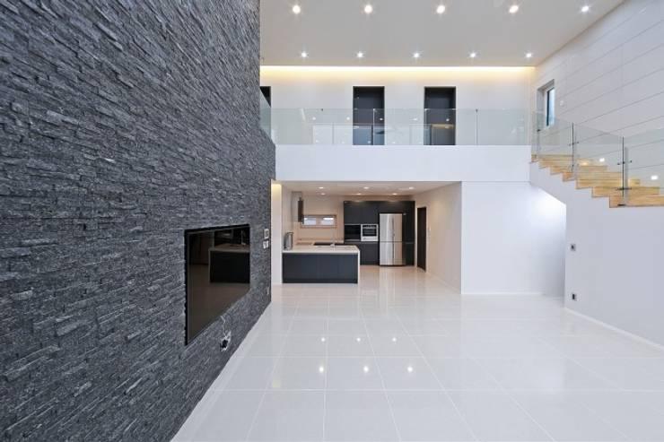Living room by 피앤이(P&E)건축사사무소