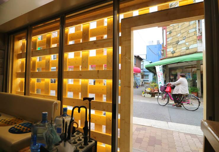 Oficinas y Tiendas de estilo  de INTERIOR BOOKWORM CAFE, Ecléctico Madera Acabado en madera