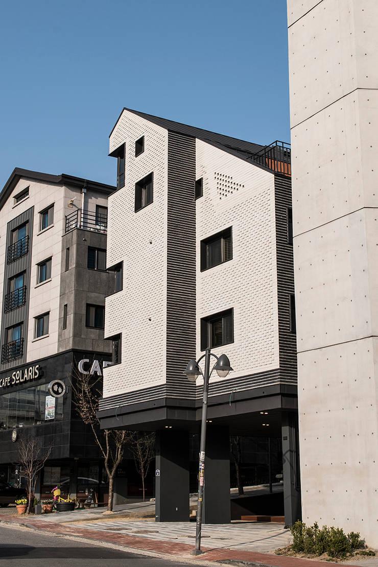 오블리크_수원시 영통구 이의동 1296-12 상가주택: AAG architecten의 현대 ,모던