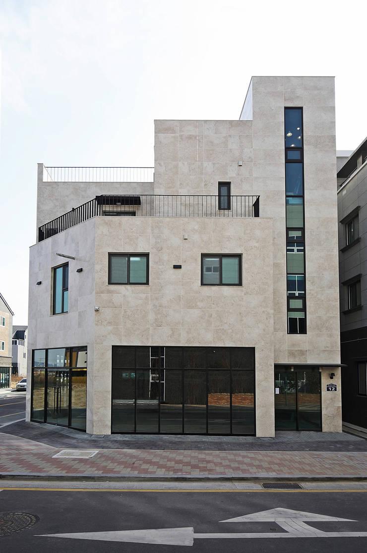 Casas de estilo  por 피앤이(P&E)건축사사무소