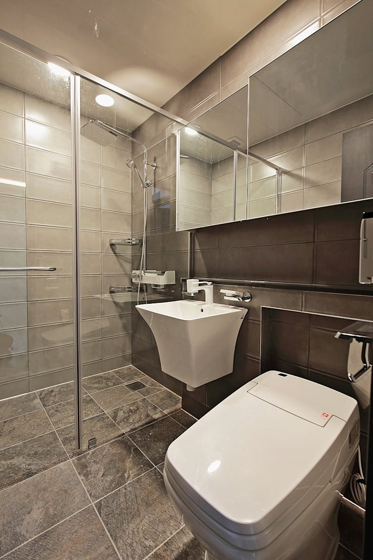 Baños de estilo  por 피앤이(P&E)건축사사무소