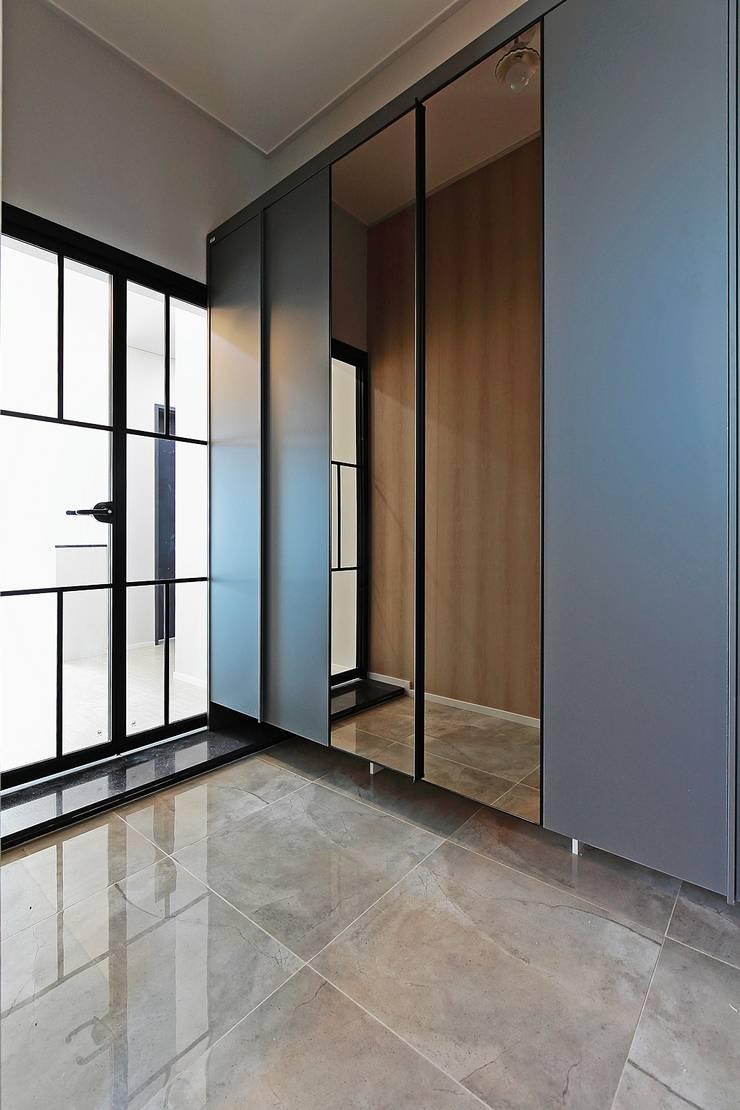 Pasillos y hall de entrada de estilo  por 피앤이(P&E)건축사사무소