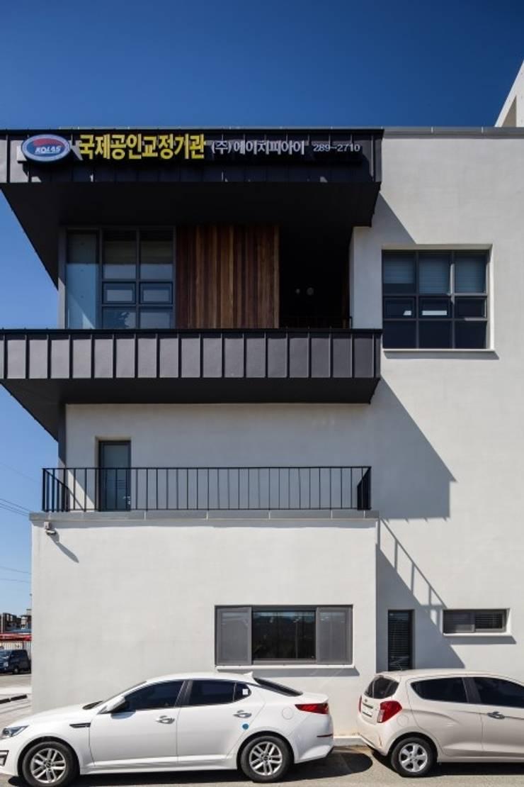 Casas de estilo  por 피앤이(P&E)건축사사무소, Moderno