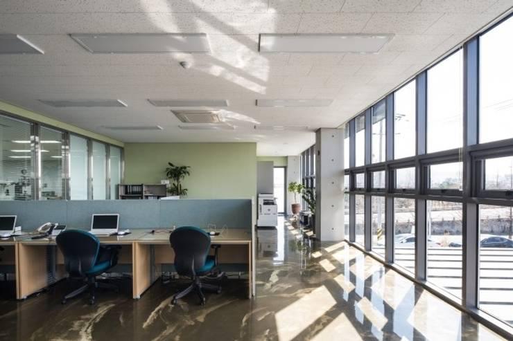 울산 북구 진장동 (진장명촌지구) HPI사옥 신축공사: 피앤이(P&E)건축사사무소의  서재 & 사무실