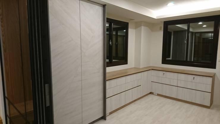 3F更衣室:  更衣室 by 窩居 室內設計裝修