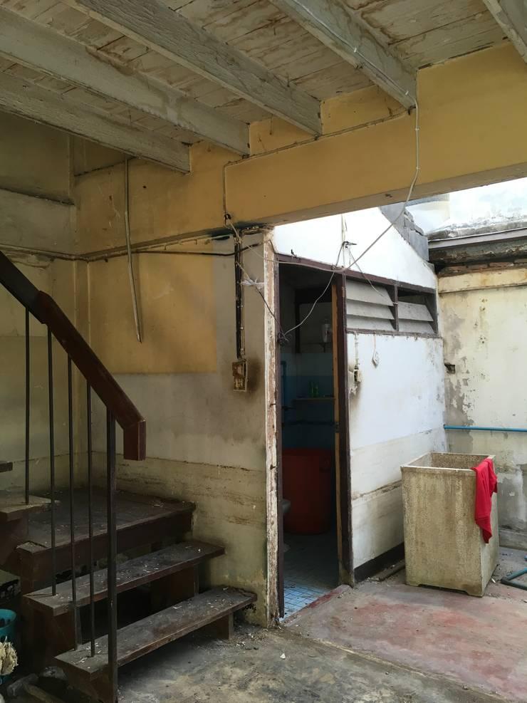 บันไดทางขึ้นชั้น 2 และห้องน้ำชั้นล่าง:   by สายรุ้งรีโนเวท