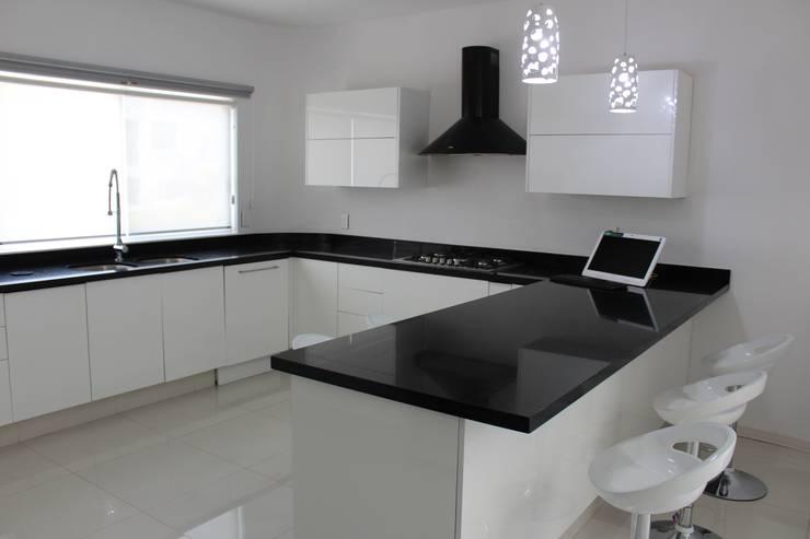 Casa Nordika: Cocinas equipadas de estilo  por Itech Kali
